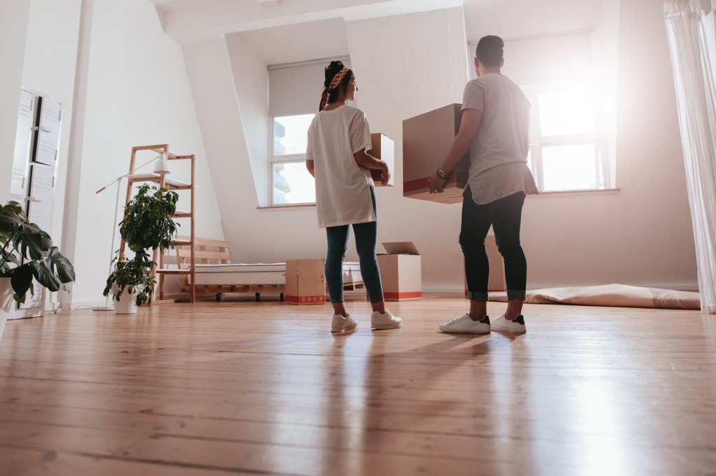 young-couple-moving-in-new-house-picture-id802387494